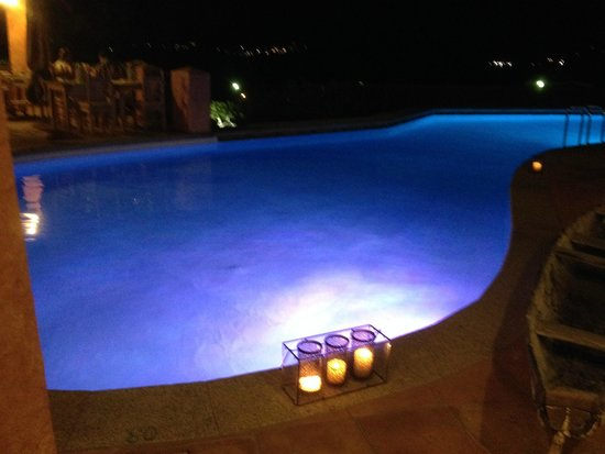 Relais Villa del Golfo & Spa: The pool beautifully lit at night