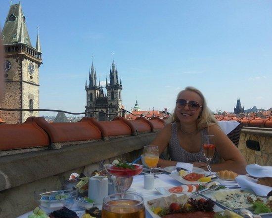 Hotel U Prince : Roof terrace breakfast, with view of Týnský chrám