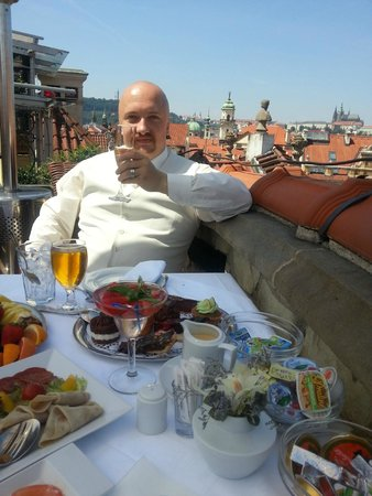 Hotel U Prince : Roof terrace breakfast, with view of Prague castle