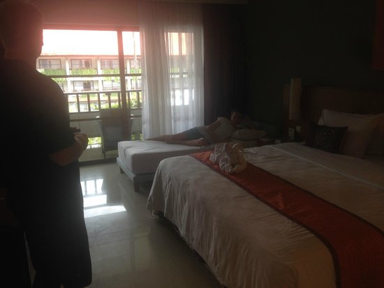 Bali Dynasty Resort Hotel: Room with a roller bed for child