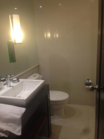Bali Dynasty Resort Hotel: Large shower behind the door.