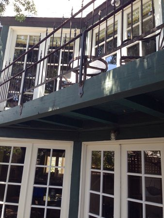Wine Valley Inn & Cottages: Looking at the back balcony and patio French doors (Cottage #2)