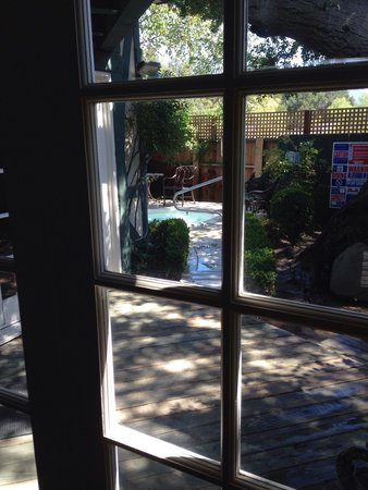 Wine Valley Inn & Cottages: Looking out the back doors to the private jacuzzi. (Cottage #2)