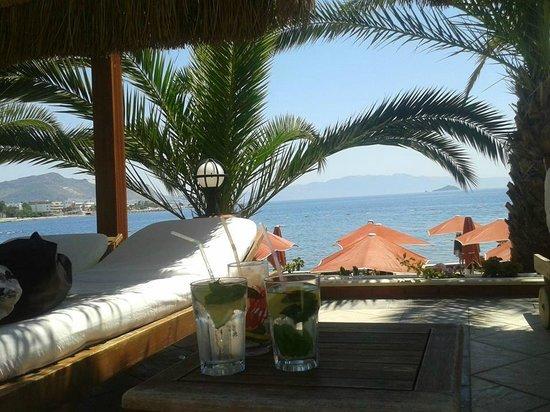 Kadikale Resort : ligge stole ved poolen og udsigt over vandet