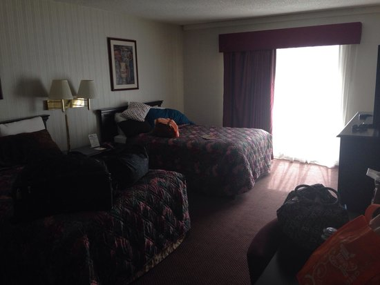 Days Inn Toledo: Separate bedroom suite from living room.