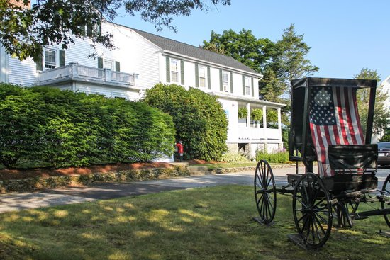 Historic Jacob Hill Inn: Antique carriage