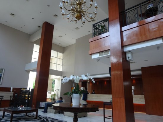 Hotel Santika Jemursari: Spacious lobby