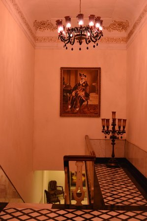 The Lalit Laxmi Vilas Palace Udaipur: Regal hallway and staircase