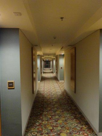 Hotel Santika Jemursari: 4th floor corridor