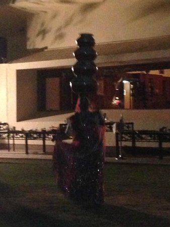 The Lalit Laxmi Vilas Palace Udaipur: Outdoor dining dance performance
