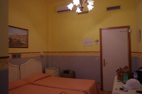 Hotel Victoria : скромные номера, скрипучие двери