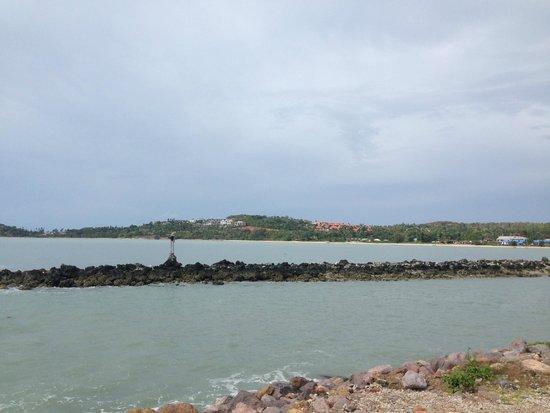 Deva Samui Resort & Spa : plage non entretenue