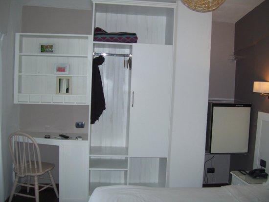 Hotel Milano : desk and cupboard