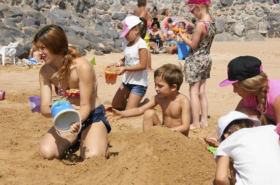 Hotel Elba Sara: Jugando en la playa con Mery.