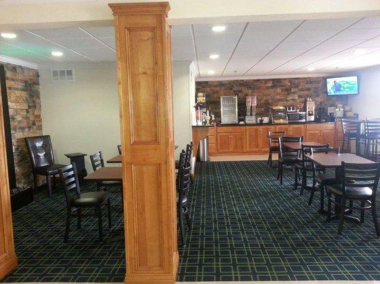 Days Inn & Suites Commerce: Free breakfast area