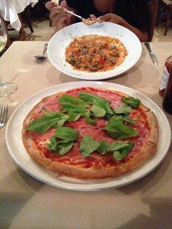 Duomo : black gnocchi with crab sauce and a pizza with prosciutto and arugula