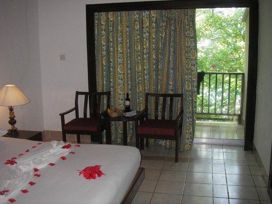 Biyadhoo Island Resort: MA CHAMBRE et le cadeau de bienvenue (bouteille de vin et corbeille de fruits)