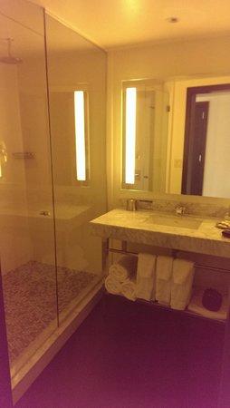 Hotel Sorella Country Club Plaza : Quality linens around, huge shower