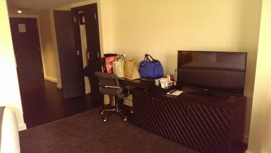 Hotel Sorella Country Club Plaza : Desk, closet, tv