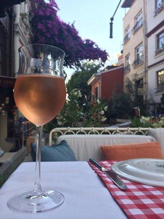Dubb Ethnic Restaurant: Розовое вино: отлично в жаркую погоду