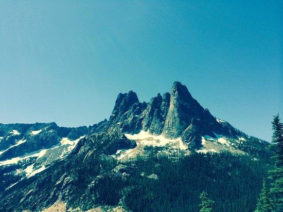 Washington Pass Overlook: view looking west