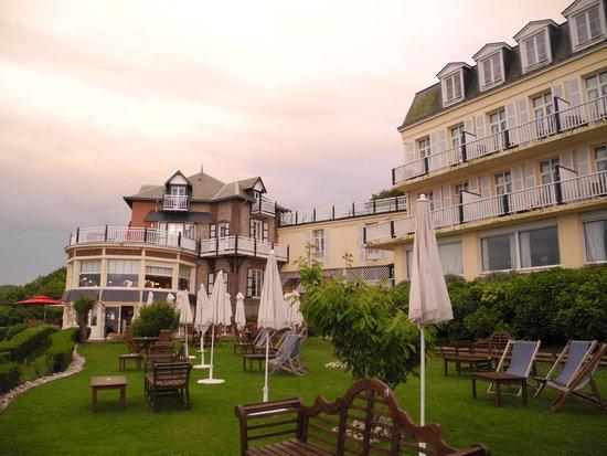 Hotel Dormy House: Vue de l'hotel depuis le petit chemin d'accès aux falaises