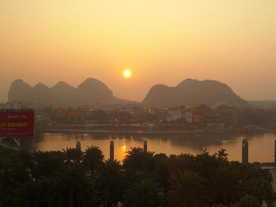 Universal Guilin Hotel: Sunrise over Li River
