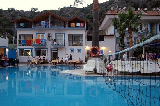 Akdeniz Beach Hotel: Перед ужином.