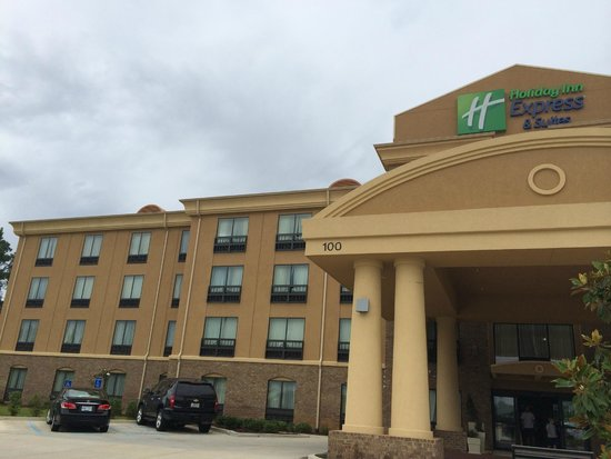 Holiday Inn Express Jackson/Pearl International Airport: Good location, off of the interstate and tucked away off of the busy road