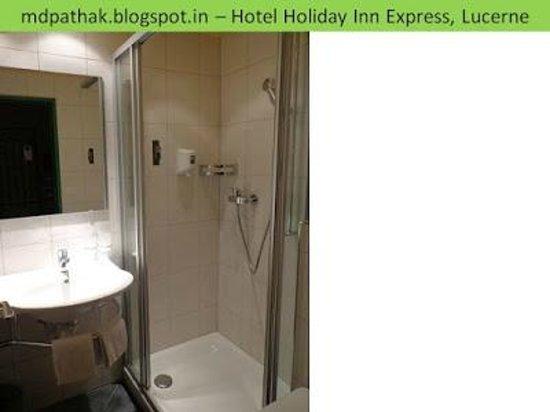 Holiday Inn Express Luzern: bath