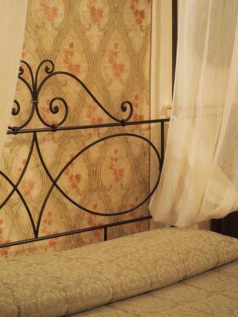 Antica Residenza Cicogna: stanza liberty