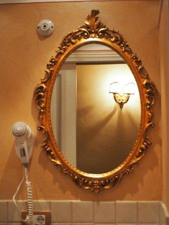 Antica Residenza Cicogna: bagno stanza dei ricami