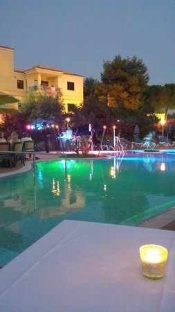 Hotel Tamarix: Evening show at the pool