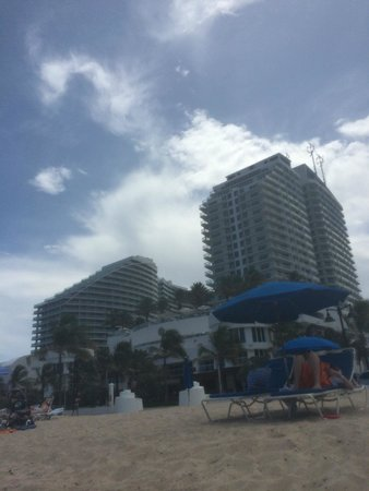Hilton Fort Lauderdale Beach Resort : View of the Hotel from the beach