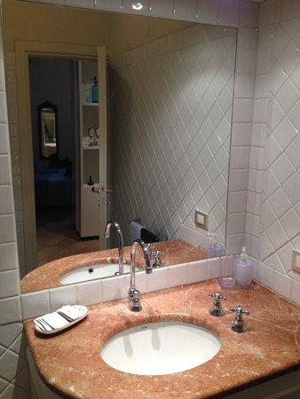 B&B San Fiorenzo: Bathroom vanity