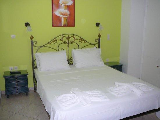 Molyvos Queen Apartments : The bedroom