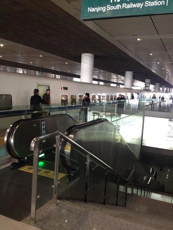 Shanghai Hongqiao Railway Station: 南京駅は一見の価値があると思います