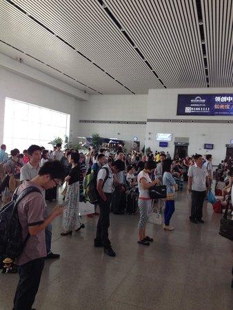 Shanghai Hongqiao Railway Station: 常州駅構内にはお洒落なカフェもあります