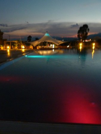 Club Nature Village: piscina by night