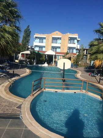 SunnySun Studios : The Pool and Hotel