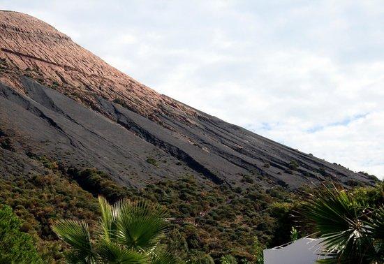 Scalata al Cratere : Вот сам вулкан и дорожка по нему