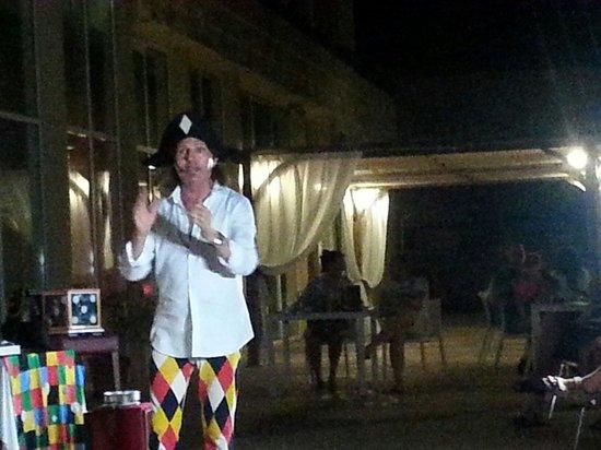 Hotel Bonalba Alicante : Señor arlequin, en un penoso espectáculo.  Por favor, quitad a este mago.  Gracias.