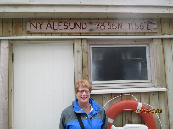 Ny Ålesund + The most Northern Town : Town marker on dock