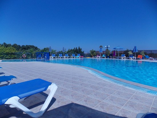Mayflower Apartments: The pool area, clean, parasols provided