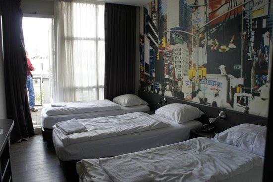 Budget Hotel Tourist Inn: cuarto de tres camas