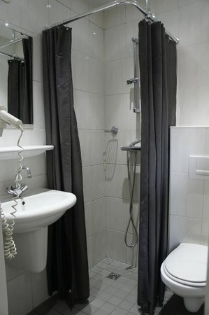 Budget Hotel Tourist Inn: baño con problemas en la regadera