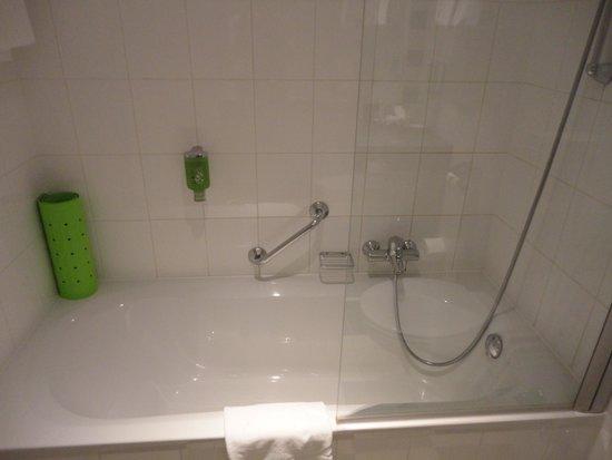 Holiday Inn Salzburg City: Salle de bains