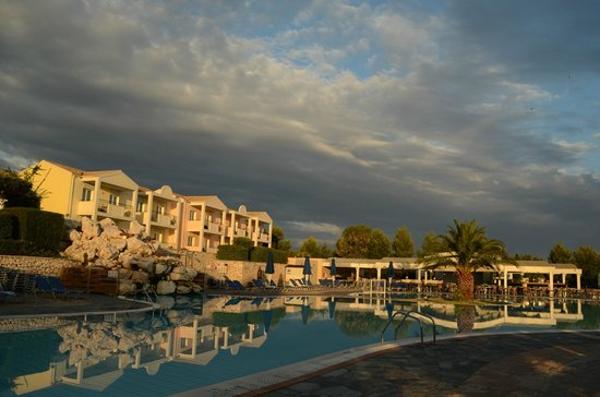 Mareblue Beach Resort: Miss Moneypenny building, pool bar and pool entertainment