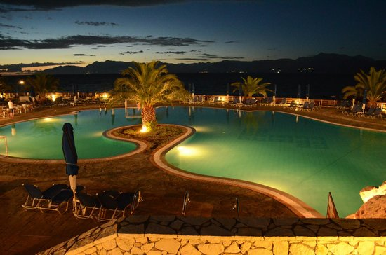Mareblue Beach Resort: Seeing the pool at night