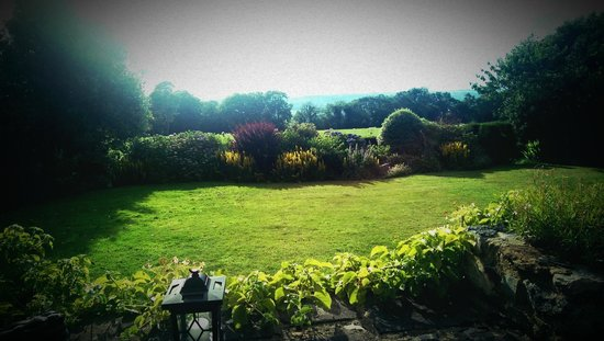 Fairwater Head Hotel: View of the terrace, sun blinds out the beautiful countryside